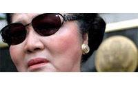 Imelda Marcos opposée à la vente aux enchères de ses bijoux