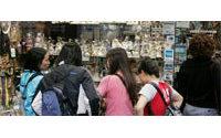 A Paris, les touristes font leurs emplettes en gardant un oeil sur la télé