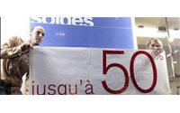 Petits attroupements dans les magasins parisiens pour le début des soldes