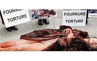 "Deux militantes anti-fourrure quasi nues ""agonisent"" devant Louis Vuitton"