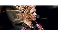 Alexander McQueen enchanteur, Lacroix plus court et sombre