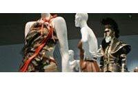 """La mode """"guerrière"""" revient à New York au musée avant de reconquérir la rue"""