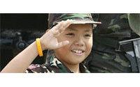 Engouement à Bangkok pour les vêtements militaires destinés aux enfants
