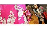 Le robot-mannequin nippon Palette accompagne la styliste Hanae Mori à Paris
