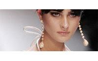 Haute couture : raffinement en nuances nacrées chez Valentino