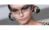 """Haute couture : """"fluidité verticale"""" chez Chanel, """"floralies"""" chez Lacroix"""