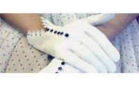 Fifi Chachnil ajoute des gants à son univers