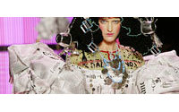 La mode pop de la petite robe en papier s'expose à Athènes