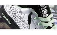 Adidas met ses chaussures dans les mains de grapheurs