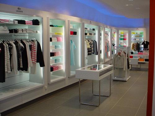 d5a76a6ecc8 Lacoste se fait plus féminin pour sa nouvelle boutique parisienne ...