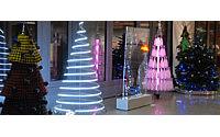 Les créateurs de mode revisitent le sapin de Noël pour la bonne cause