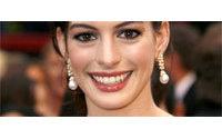 Anne Hathaway prend la pose pour Lancôme