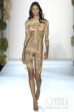 针织的网衫,轻盈的纱衣,防水的透明塑料,搭配内衣更显出妩媚动人的