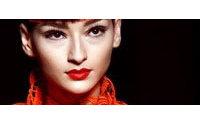 Haute couture : femmes encagées chez Gaultier, Valentino oublie le rouge