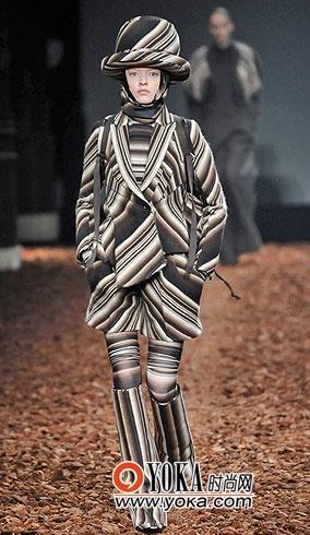 """在高级定制服装中加入羽绒服这样""""不入流""""的款式,显示出设计师已经将"""