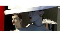 Diez réplicas en papel de trajes de Balenciaga expuestas en Güeñes