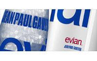 """Disegnata da Gaultier è """"l'acqua à porter"""" di Evian"""