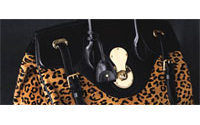 Gli accessori di Polo Ralph Lauren in mano a Laura Hall