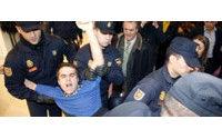 Detenidos cuatro activistas por encadenarse en el Salón de la Moda de Madrid