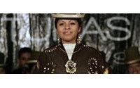 "Un desfile de moda homenajea en La Paz la estética de la ""cholita"" boliviana"