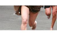 Caídas, empujones y zapatos perdidos en la I Carrera femenina de tacones