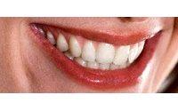 Allarme dei dentisti: gli sbiancanti indeboliscono lo smalto