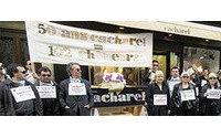 """""""Défilé de mode"""" des licenciés de Cacharel devant une boutique d'Avignon"""