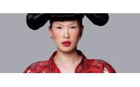 """纽约时装学院举办""""时尚与政治'展"""