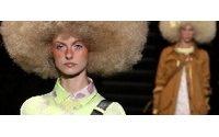 Vuitton: neo-hippy, ricci e zoccoli