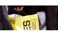 Undeterred by snow, Parisians seek sales bargains