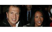 Naomi Campbell homenajea a Alexander McQueen en desfile benéfico por Haití