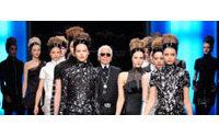 Karl Lagerfeld triunfa con su mezcla de estilos, superposiciones y texturas