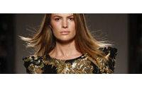 Balmain e Balenciaga levam luxo e texturas a Paris