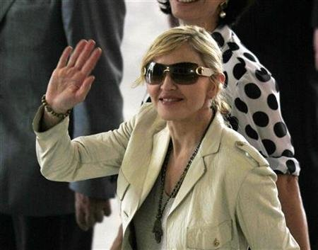 01144a43ca La cantante de pop Madonna se ha asociado con la casa de moda Dolce & Gabbana  para diseñar una colección de gafas de sol.