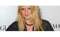 Lara Stone assina contrato com a Calvin Klein