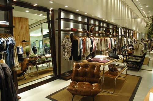 decoracao de interiores de lojas de roupas:móveis de garimpo tapetes sofás uma mistura de madeiras de diversos