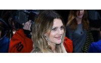 Drew Barrymore marca tendencia: vuelven las raíces negras