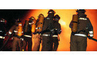 Los bomberos sofocan un incendio declarado esta madrugada en una industria textil de Alcoy