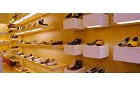 Javier Erro visita a las 13 empresas riojanas que participan en la Feria internacional de calzado en Milán