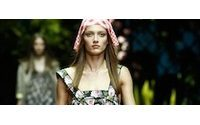 D&G lleva a la pasarela de Milán una mujer con vestidos coloridos y florales