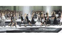 Lagerfeld ofrece a Chanel un memorable desfile de lujo, plumas y lentejuelas