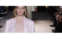 Linhas de smokings de Stella McCartney homenageiam a YSL