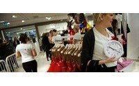 Moda tutkunları Lanvin koleksiyonu için H&M mağazalarını talan ettiler