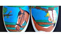 Un joven malagueño pinta zapatillas a mano con dibujos personalizados