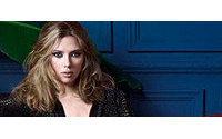En la colección de Fiesta de Mango, Scarlett Johansson se viste de otoño e invierno