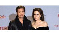Angelina Jolie apuesta por Versace, Brad Pitt por el cuero