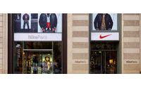 Nike wird mehr Schuhe und Klamotten los