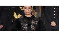 Louis Vuitton faz desfile fetichista com Kate Moss fumando