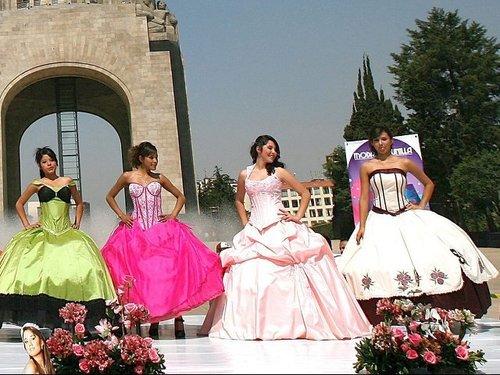 Cientos De Quinceañeras Mexicanas Acuden A Desfile De