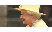 Queen wins cheers in yellow matching outfit